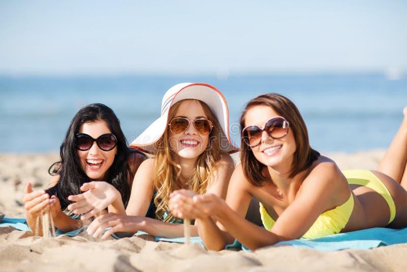 Dziewczyny sunbathing na plaży zdjęcie royalty free
