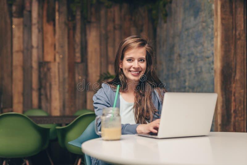 dziewczyny szczęśliwi laptopu potomstwa zdjęcie stock
