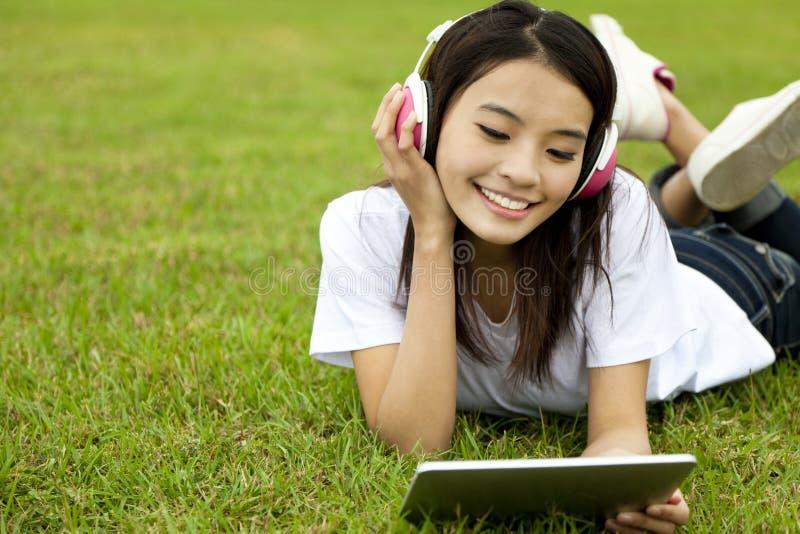 dziewczyny szczęśliwy komputeru osobisty pastylki używać zdjęcie royalty free