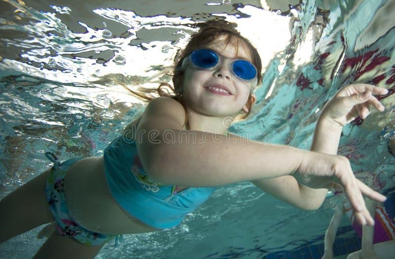 dziewczyny szczęśliwy mały basenu underwater zdjęcie royalty free