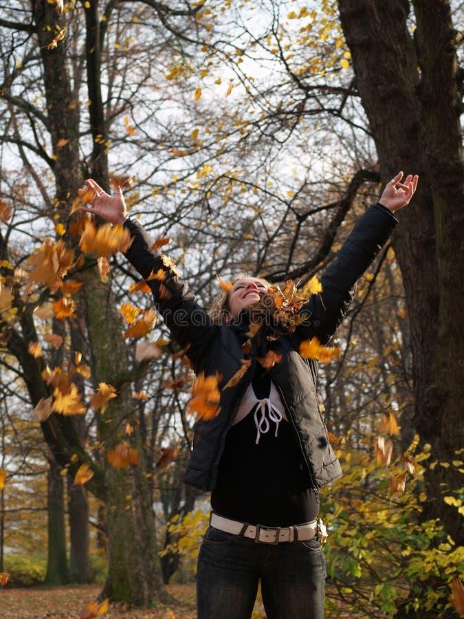dziewczyny szczęśliwych liść klonowy miotanie fotografia royalty free