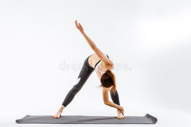 Dziewczyny szkolenie na pochylonych mięśniach obrazy stock