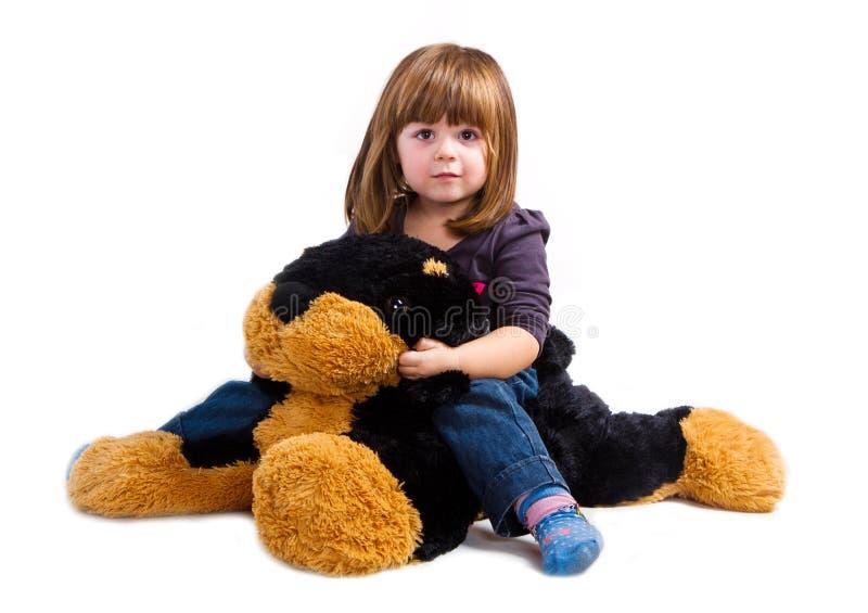 Dziewczyny sztuka z jej pluszowym psem obraz stock