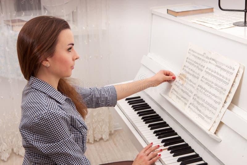 Dziewczyny sztuki pianino obrazy stock