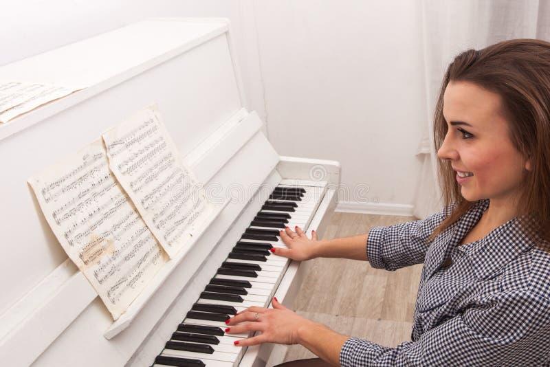 Dziewczyny sztuki pianino fotografia stock
