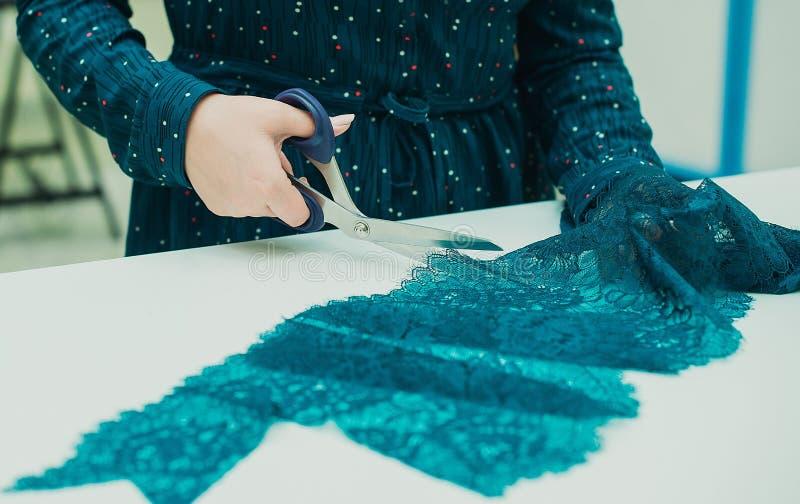 Dziewczyny szwaczka pracuje w jego studiu Kobieta wręcza trzymać parę nożyce zdjęcia stock