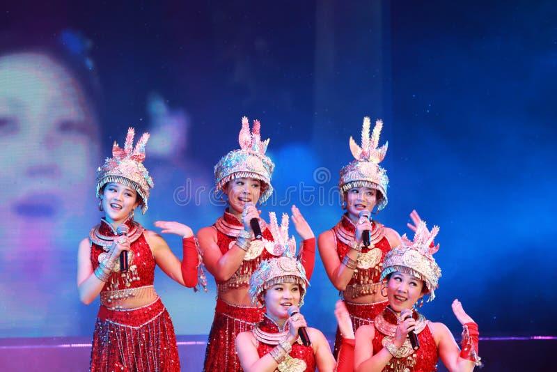 Dziewczyny tanczą na scenie fotografia royalty free