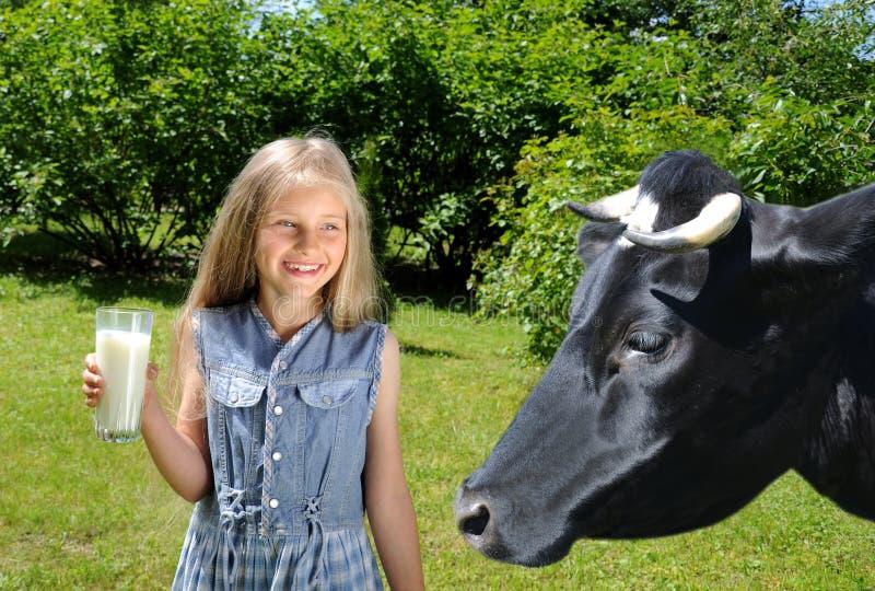 dziewczyny TARGET1771_0_ mleko szczęśliwy mały zdjęcie stock