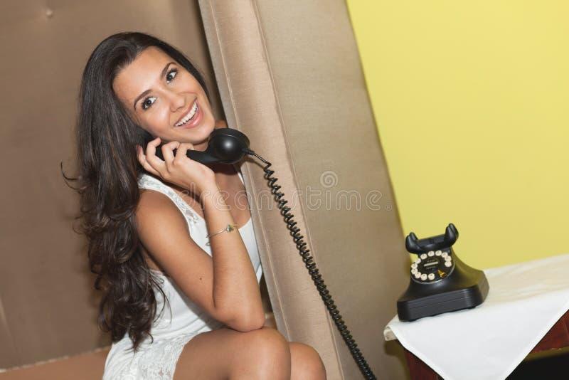 dziewczyny telefonu ładny rocznik obraz royalty free