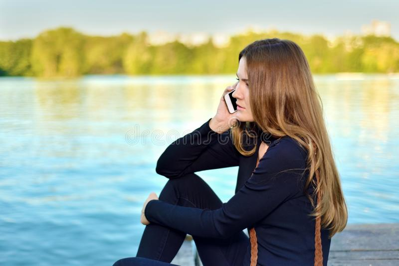 dziewczyny telefonu target659_0_ potomstwa obrazy stock