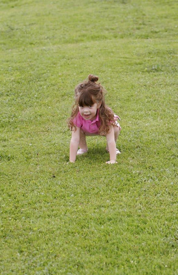 dziewczyny trawy jumping zdjęcie stock