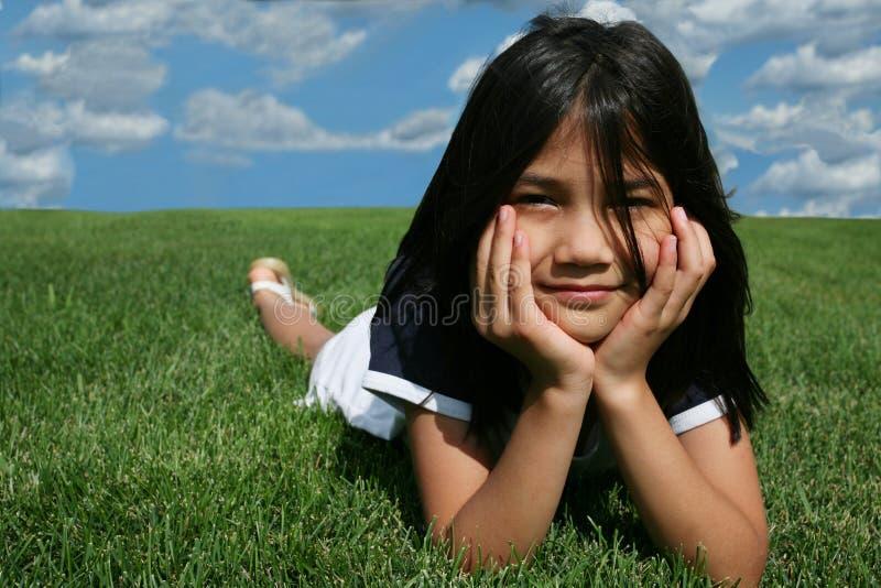 dziewczyny trawy kłamliwych zdjęcia royalty free