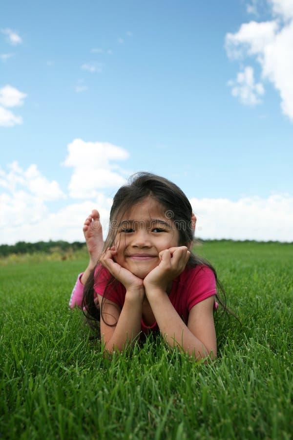 dziewczyny trawy kłamliwych zdjęcie stock