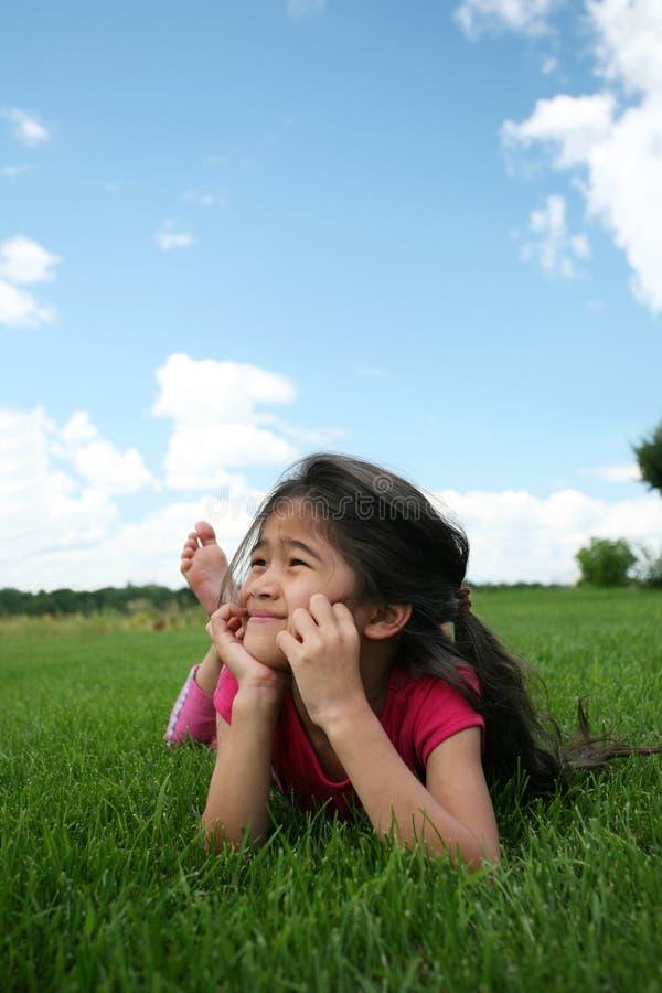 dziewczyny trawy kłamliwych obrazy royalty free