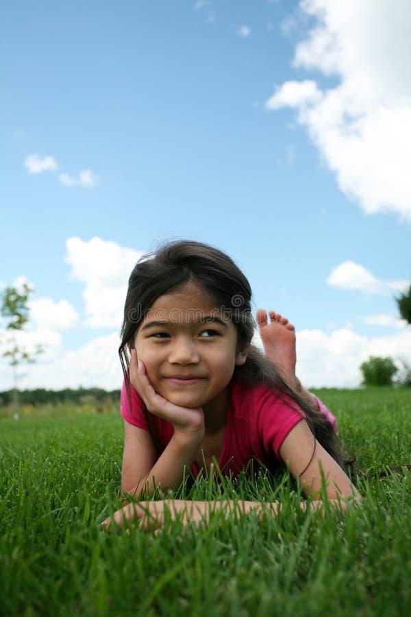 dziewczyny trawy kłamliwych zdjęcie royalty free