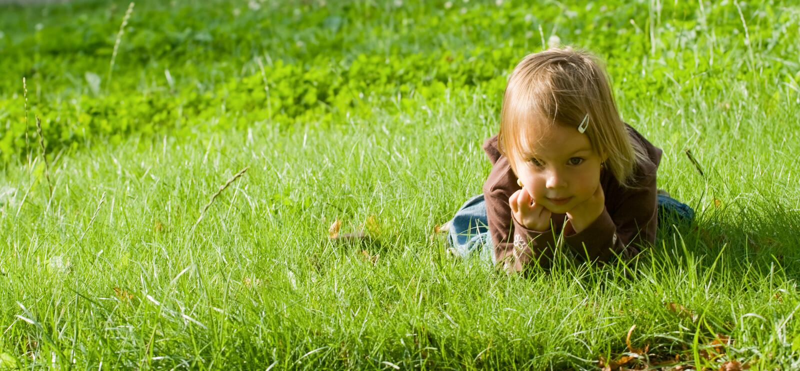 dziewczyny trawy kłamstwa zdjęcia stock