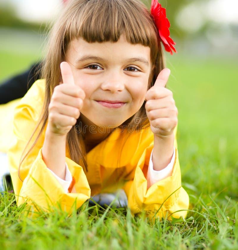dziewczyny trawy zieleni mały łgarski plenerowy obraz royalty free