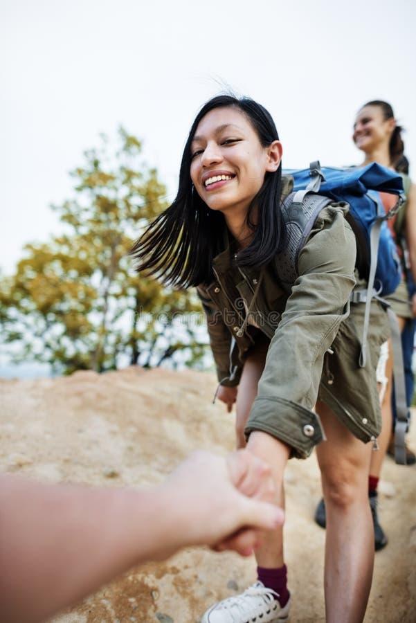 Dziewczyny Trekking Wspinaczkowego chwyt ręki pojęcie obrazy royalty free