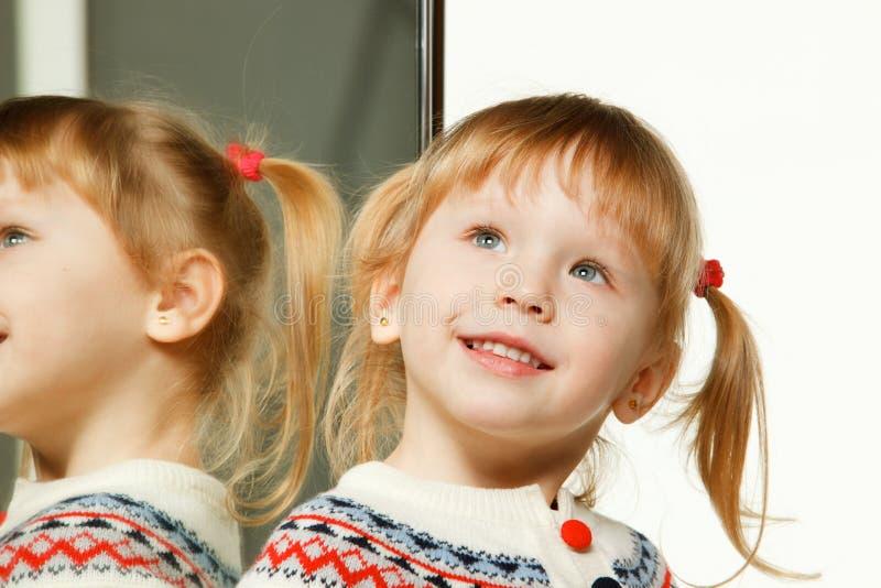 dziewczyny trochę lustrzana pobliski portreta pozycja fotografia stock