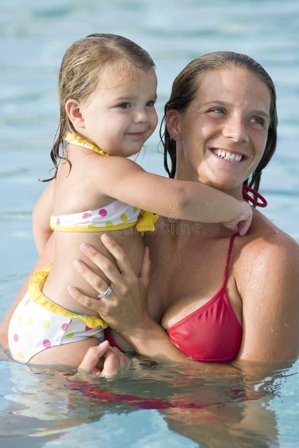 dziewczyny trochę matki basenu dopłynięcie obrazy royalty free
