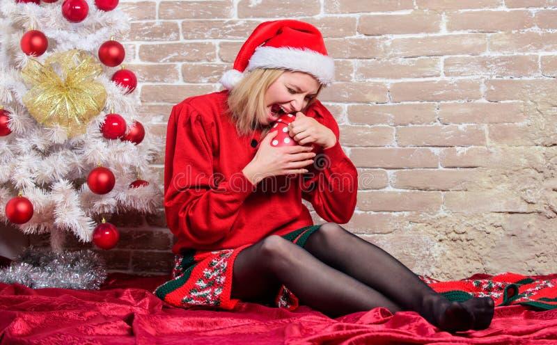 Dziewczyny twarzy chwyta bożych narodzeń emocjonalny z podnieceniem prezent Lista życzeń Zdecydowanie lubi mnie Wszystko chcę dla zdjęcia stock