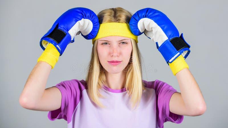 Dziewczyny twarzy uścisku bolesna głowa z bokserskimi rękawiczkami pojęcia migreny odosobniony biel Utrzymuje spokój i dostaje po obraz royalty free