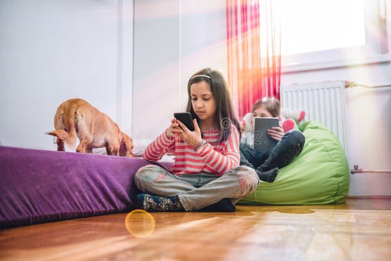Dziewczyny używa mądrze telefon fotografia royalty free