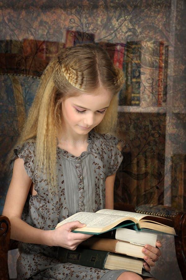 Dziewczyny uczennica w bibliotece fotografia stock