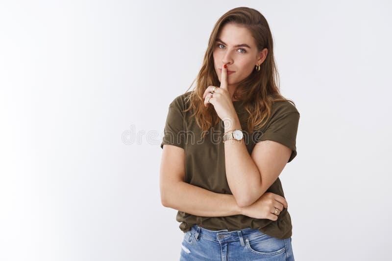 Dziewczyny udzielenia piękna sekretów obietnica shh no mówić anyone Powabnej pokrętnej ślicznej europejskiej kobiety wzorcowy sea zdjęcie stock