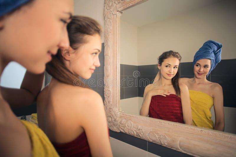 Dziewczyny w łazience zdjęcia stock