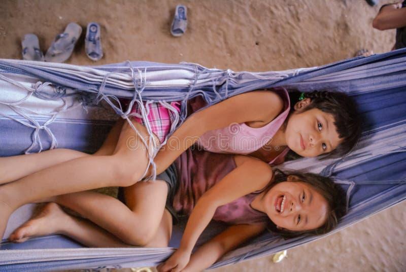 Dziewczyny w błękitnym hamaku w Boliwia zdjęcia royalty free