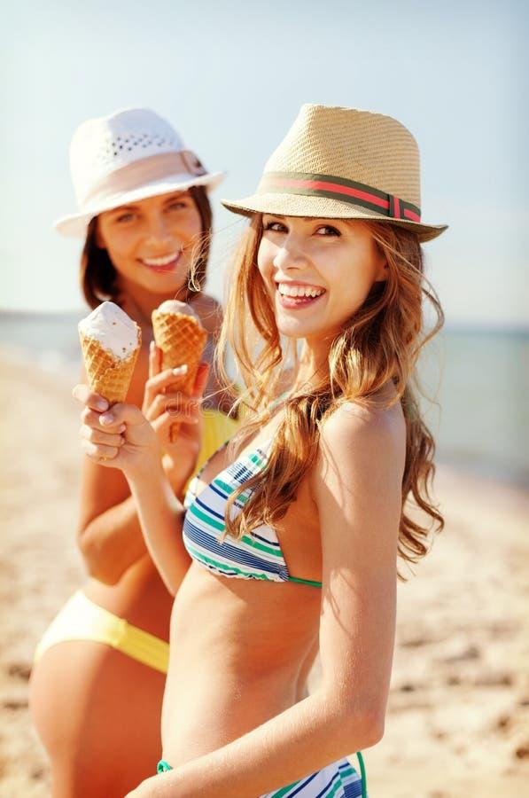 Dziewczyny w bikini z lody na plaży zdjęcia royalty free