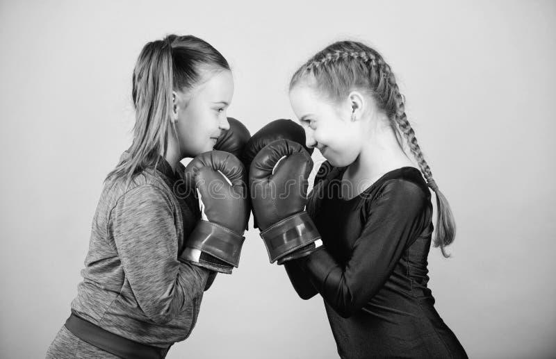 Dziewczyny w boksu sporcie Bokser?w dzieci w bokserskich r?kawiczkach Dziewczyna ?liczni boksery na b??kitnym tle Przyja?? jak bi zdjęcie stock