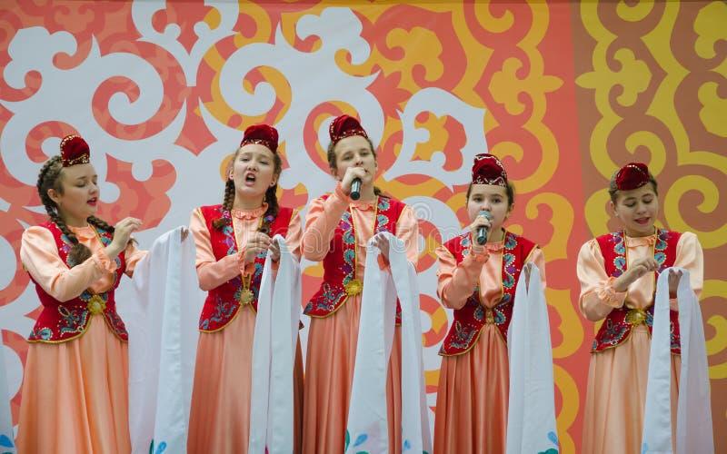 Dziewczyny w krajowych Tatar kostiumach śpiewają piosenkę fotografia royalty free