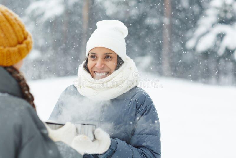 Dziewczyny w opadzie śniegu zdjęcia royalty free