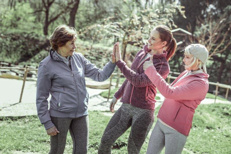 Dziewczyny w sportive mundurach daje pięć each inny fotografia royalty free