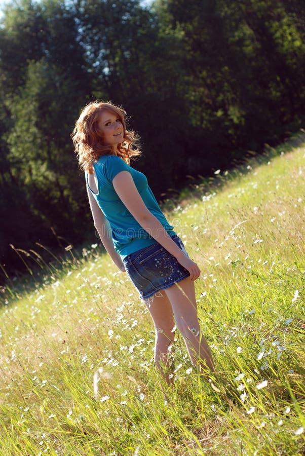 dziewczyny w trawę pionowo, zdjęcie stock