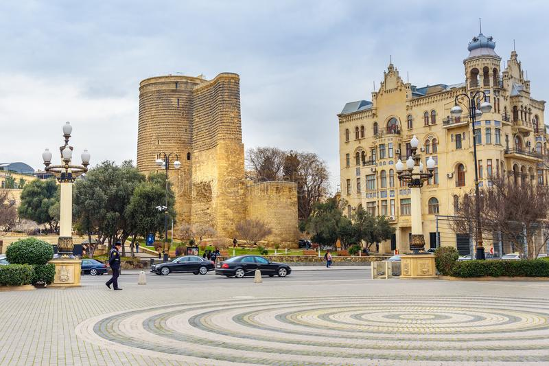 Dziewczyny wierza w Starym mieście, Icheri Sheher jest dziejowym sednem Baku Azerbejdżan obrazy royalty free