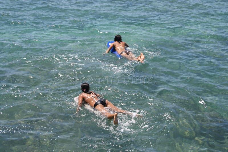 dziewczyny wiosłować Hawaii nastolatków. zdjęcie stock