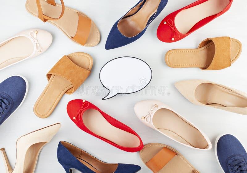 Dziewczyny wiosny lato kuje kolekcję Wyśmiewa w górę różnych stylów i colos butów obrazy stock