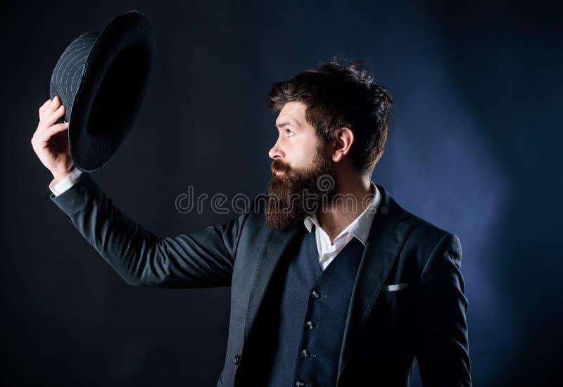 dziewczyny wnętrzy mody stary rocznik restauracji Mężczyzna dobrze przygotowywał brodatego dżentelmenu na ciemnym tle Męska moda  zdjęcia royalty free