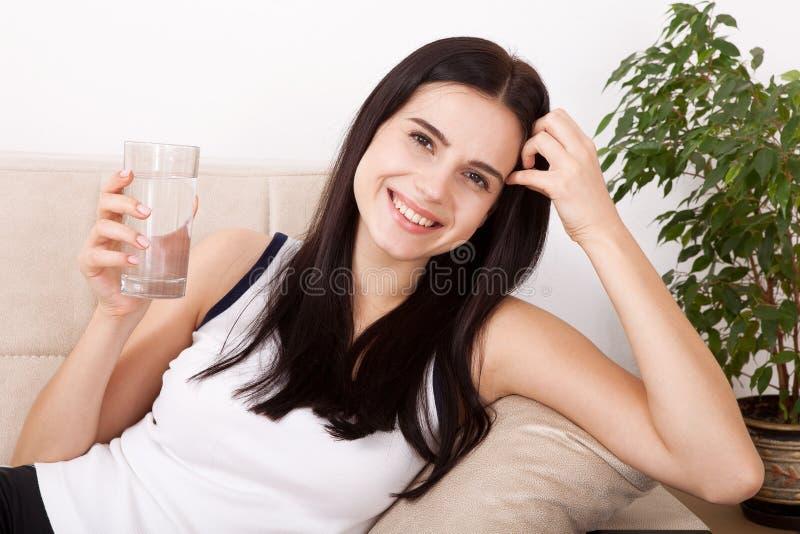 Dziewczyny woda pitna w domu Szkło woda w ranku przed śniadaniem zdjęcia stock