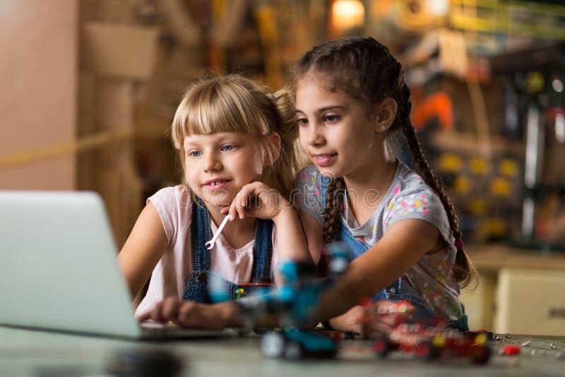Dziewczyny współpracuje podczas gdy robić robotowi obraz stock