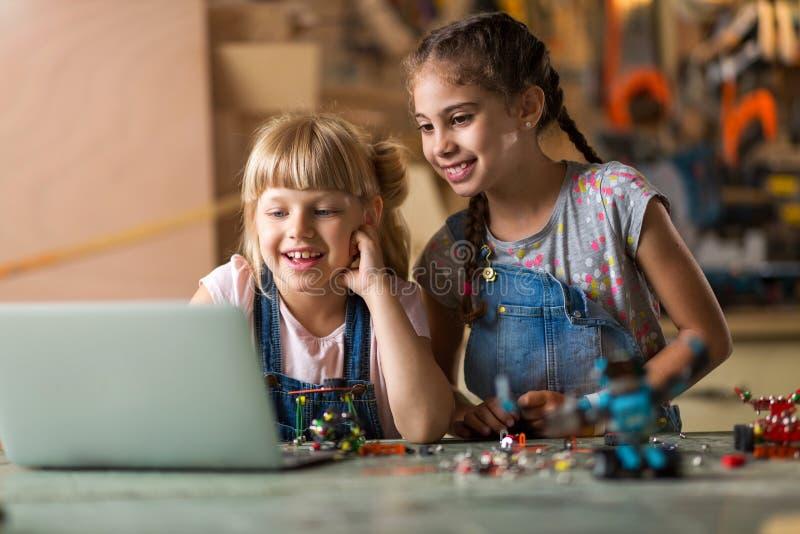 Dziewczyny współpracuje podczas gdy robić robotowi fotografia stock