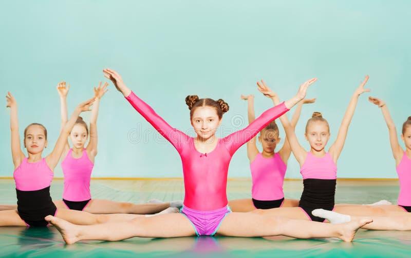 Dziewczyny wykonuje rozłamy podczas gimnastyki klasy obraz stock