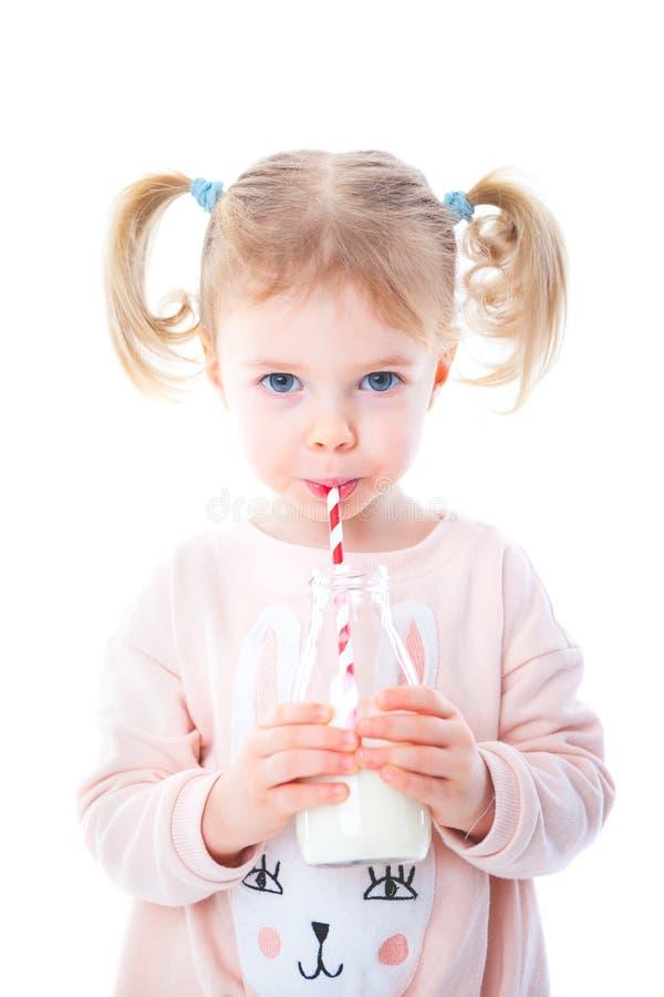 dziewczyny wypić mleko zdjęcia royalty free