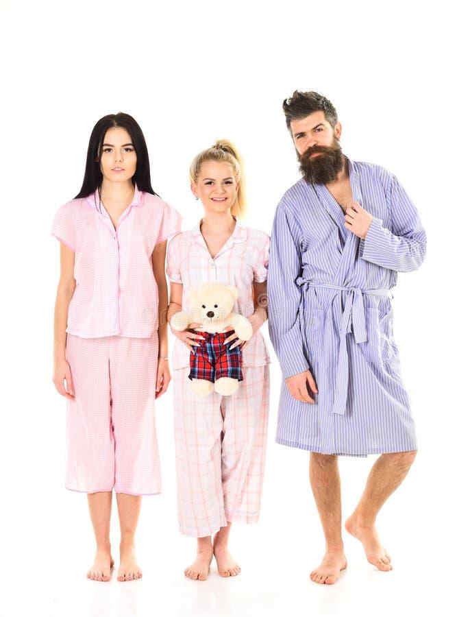 Dziewczyny z brodaty macho w piżamach i kontuszu w ranku, odosobniony biały tło Mężczyzna z brodą, śliczna blondynka i obraz stock