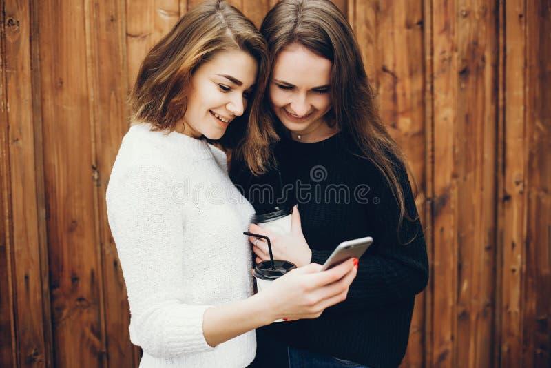 Dziewczyny z kawą obrazy royalty free