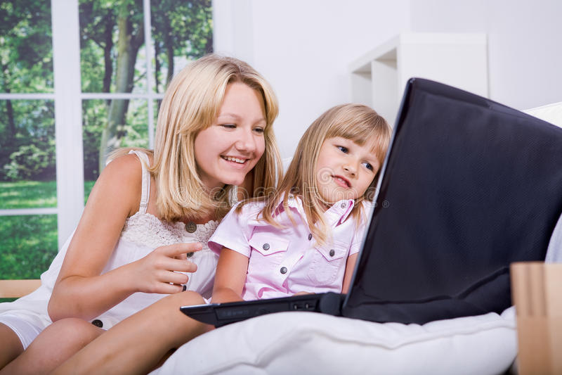 Dziewczyny z laptopem zdjęcia stock