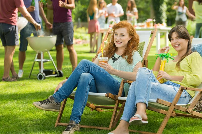 Dziewczyny z napojami cieszy się lato zdjęcie royalty free